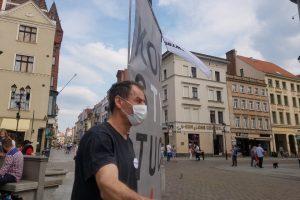 """Wojciech Konopacki z transparentem 'Konstytucja"""""""