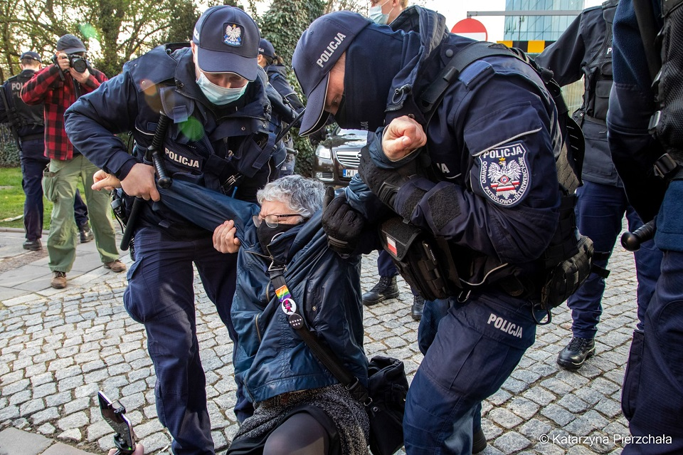 Policja ciągnie po bruku Babcię Kasię