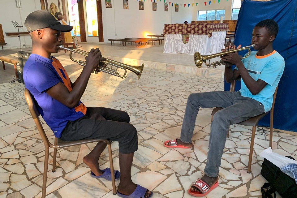 Dwóch Muzyków z African Music School gra na trąbkach