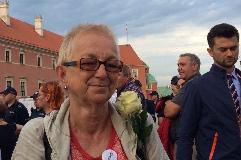 Kinga Kamińska z białą różą