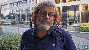 Piotr Niemczyk - mężczyzna w kolorowych dredach, z brodą i okularach na nosie